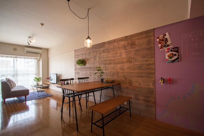 足場板の壁をもうひとつ。クロスから古材の壁になるだけでレトロな照明がサマになる部屋へ早変わり。グリーンも映えますね。手前のキッチン側の壁は水性カラー黒板塗料で仕上げたもの。