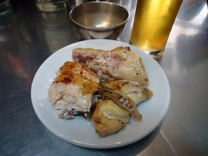 """回転式グリルで焼かれた""""ひな鶏""""は100グラム単位で注文できます。 ローズマリーの香りもしっかり効いていて食欲をそそります。"""