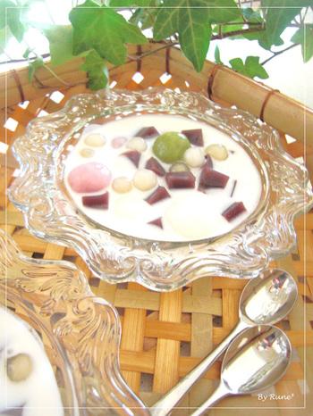 ベトナムの人気スイーツ「チェー」に、羊羹を入れて和風のアクセントをON。つるっとした食感の白玉は、抹茶やいちごでカラフルに!
