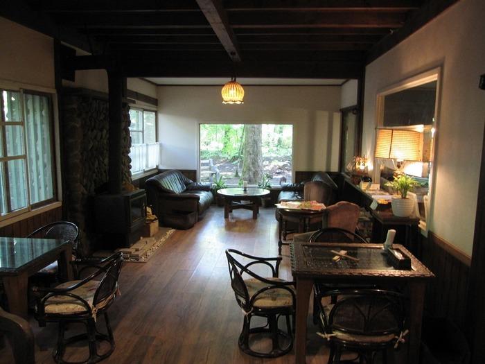 歴史を感じさせる別荘をリノベーションした建物は2013年7月に文化庁より登録有形文化財として認可を受けています。そんな歴史ある重厚なカフェは、内装も趣があり周囲の緑を見ながらのんびり過ごすことができます。