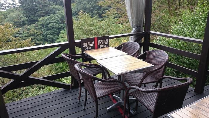 見晴らしの良いテラス席、しかも向かい合わせで違う県にいながら食事を楽しむなんて、ちょっと変わった体験もできます。