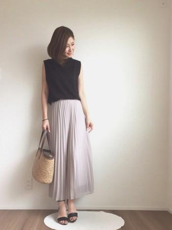 夏の黒を涼しげに着こなす、ライトグレーのプリーツスカート。トップスは