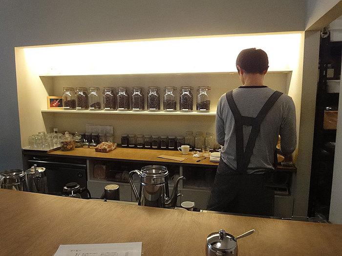 店内はとてもきれいで落ち着いた静かな空間。心もすーっと落ち着くよう。一人で入ってもゆっくり落ち着いてくつろげます。オーナーさんのコーヒーへの愛情あふれる詳しくわかりやすいメニューがあり、コーヒーに詳しくない方でも楽しめます。