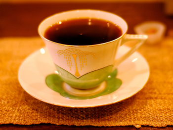 すっきりした風味のコーヒーは、豆の香りが広がり素晴らしい味わい。こちらのスイーツもとっても美味しいんです。ショーケースには、かわいくて思わずうっとりしてしまう数種類のケーキが並んでいます。カップや器も素敵で、とっておきの時間を過ごせますよ。