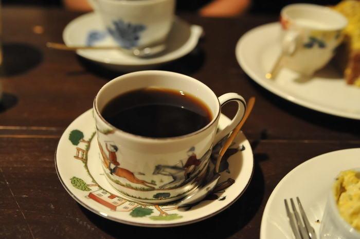 丁寧に挽かれた豆を使ったコーヒーは、コクがあり風味豊かな味わいです。世界各国の豆を味わうことが出来、エルメスなどの高級ブランドのカップでいただけるのも、ちょっぴりうれしい。 アイスコーヒーも氷で薄まらないよう、別々で出てくる心配りです。 とっても落ち着く心地よい店内と、完成度の高いスイーツなど、優雅なひとときが味わえます。