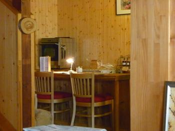 ウッディな店内は、自然なあたたかみが感じられ、オーナーさんのあたたかな雰囲気でほっと気持ちが和む居心地の良さ。カウンター席や個室のような作りのテーブル席などがあります。