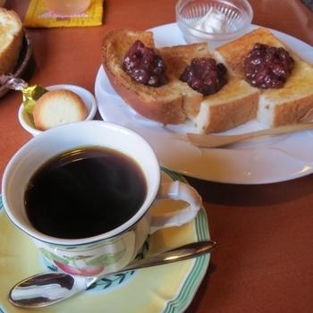 コーヒーは、ブレンド、産地別のもの、フェアトレードやオーガニックのものなど品揃え豊富です。その日の気分やお好みに合わせて選べます。コーヒー意外のドリンクもあるので、コーヒーが苦手な人でもゆっくりくつろげます。写真は、名古屋ならではの小倉トースト。サンドイッチや本日のケーキなどもあります。モーニングは、カリッとおいしく焼かれたトースト付きです。