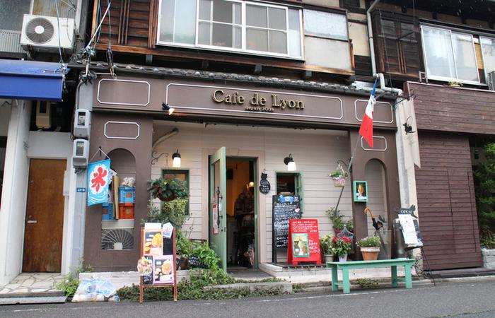 パリの街角にあるようなかわいらしいこちらは、「カフェ・ド・リオン」。 旬のフルーツたっぷりのパフェやスイーツが人気のカフェです。