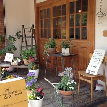 白壁に木の窓とドアがあたたかな雰囲気の「白壁Hanaco」。 かわいらしくぬくもりを感じる居心地がよく、ボリュームたっぷりの定食が食べられる人気のカフェです。