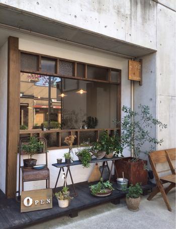 コンクリートに味わいのある木枠の窓やディスプレイされたグリーンが素敵な「食堂カフェ タケモク」。 とてもお洒落な空間で、美味しく人気のランチがいただけます。