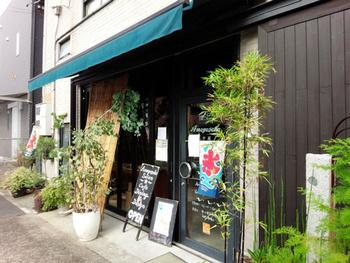 下町風情が漂う住宅地にあるギャラリー、カフェなどが融合したサロン「尼ケ坂サロン」。 カフェでゆっくりリラックスしながら、アートやクラフトに触れ楽しい刺激に溢れた場所です。