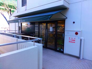 雑貨好きさんに人気のカフェスペースもある雑貨屋「コネッタ」。銀行の2階にあり、素敵なセンスで集められた毎日使える心地よいモノがたくさん揃っています。