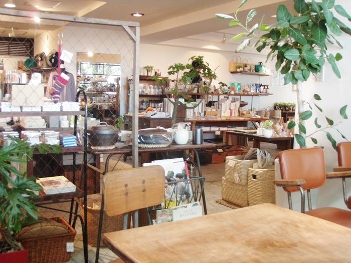 たくさんの雑貨が並ぶ店内にあるカフェスペース。 ゆっくりじっくり雑貨を見て回ったら、ほっとひといきカフェスペースでリラックス。
