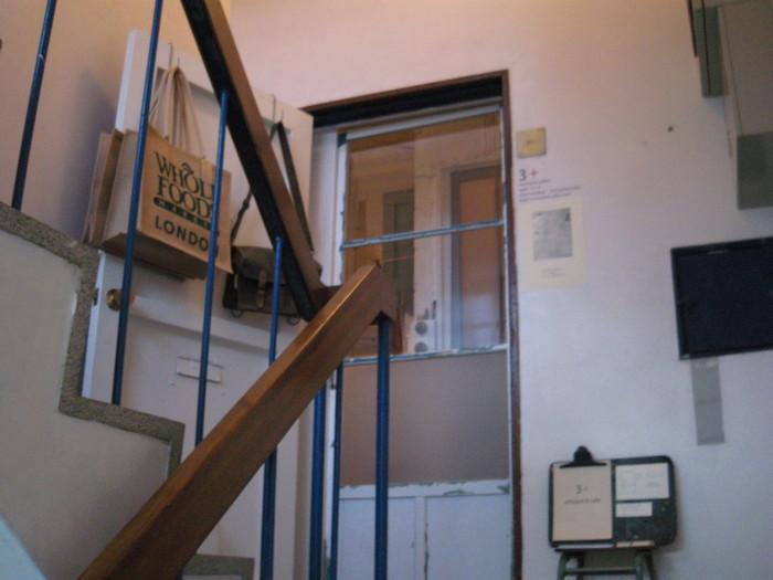 セレクトショップやギャラリーが入った雑居ビルの3階にある「トロワプリュス」。 アンティーク雑貨や古道具などを取り扱うショップの中にあるカフェです