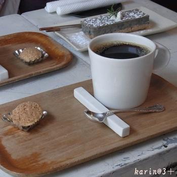 季節のフルーツを使ったスイーツや、手作りジャムのトーストなどのメニューは、2か月ごとに変わるので訪れるたびに楽しみが増えます。コーヒーは、「coffee kajita」の豆を使っているそう。 ゆっくりスイーツや飲み物を味わいながら、アンティークの雑貨を眺めるひとときは、時間がたつのを忘れさせてくれます。