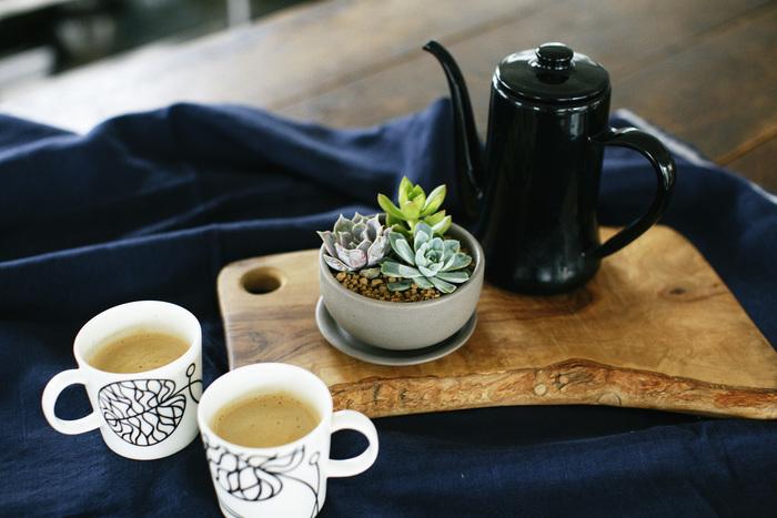 多肉植物があるだけで、いつものコーヒーブレイクがカフェ風に変身。皆で囲むテーブルの真ん中に置けば、会話がもっとはずむかも。