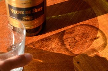 """クリアガラスの表面に""""エッチング""""という伝統的な手法で描かれており、光に透かした時の影もとても美しく見えますよ。 ソフトドリンクだけでなく、ウィスキーやブランデーなどアルコールもぴったりです。"""