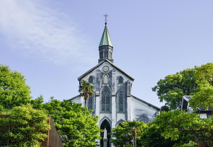 現存する最古の教会として国宝に指定されている、大浦天主堂(1864年完成)。禁教下でも信仰を守り続けていたいわゆる「隠れキリシタン」が最初に発見された、歴史的な場所でもあります。路面電車「大浦天主堂下」下車徒歩5分。