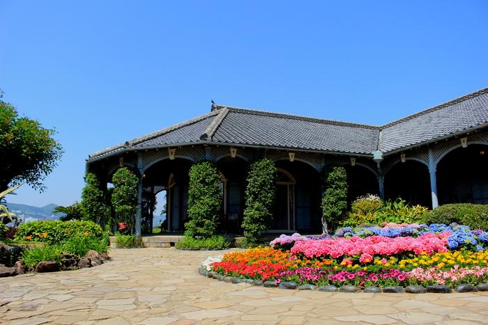 長崎の定番観光地として有名な「グラバー園」。もともとイギリス人商人の邸宅があった敷地に、「旧長崎地方裁判所長官舎」などの歴史的建造物を移築して作られました。季節の花が咲き乱れる庭園が美しいです。路面電車「大浦天主堂下」下車徒歩7分。