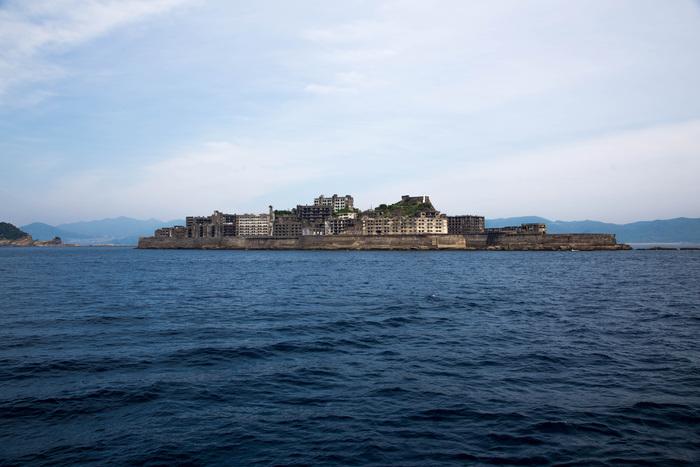 かつて海底炭田があった「軍艦島※正式な地名は端島(はしま)」。1974年の炭鉱閉鎖以降は無人島となっていますが、近年は産業遺産として注目され、上陸ツアーが催されるまでになりました。2015年の世界遺産登録を機に、ますます注目を集めています。
