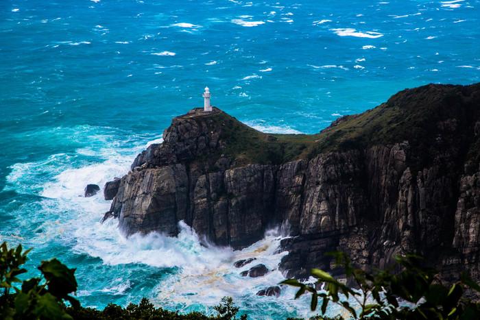 断崖絶壁に佇む大瀬崎灯台。夕日スポットとしても有名です。