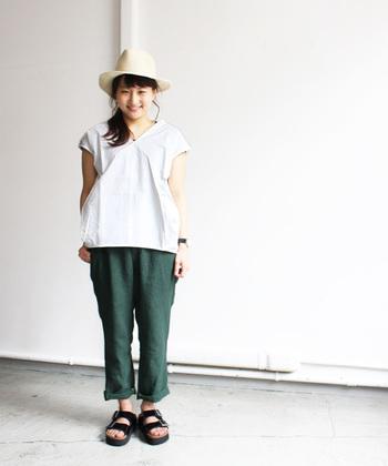 Vネックのブラウスをカジュアルテイストに着こなしています。深いグリーンのパンツとのコンビがお洒落。帽子やサンダルで夏の雰囲気満載なシンプルコーデです◎