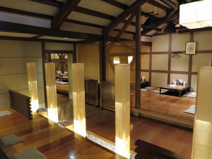 酒蔵であった名残を残しつつも、洗練された和モダンな雰囲気が漂う店内は落ち着いた居心地のよい空間となっています。