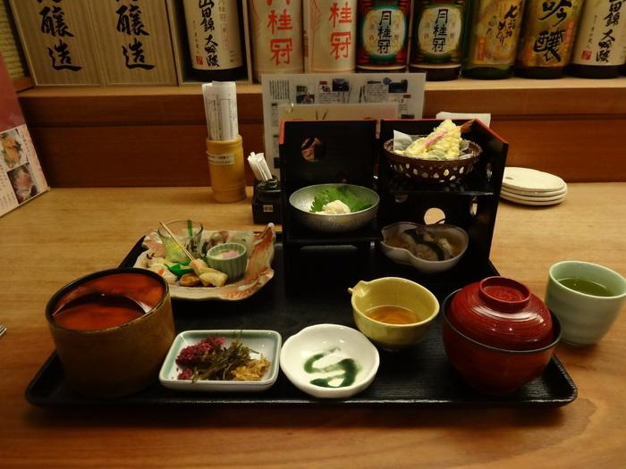 京料理やもちろんのこと、四季折々で旬の素材が使われた和食をいただくことができます。