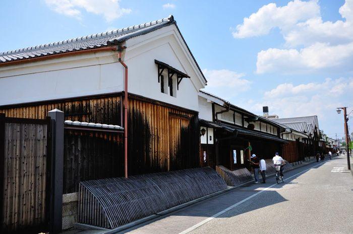白壁に犬矢来の意匠が特徴的な月桂冠大倉記念館は、1637年創業の老舗酒造、月桂冠が開放している博物館です。