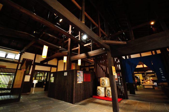 かつて酒蔵であった月桂冠大倉記念館内部には、数々の酒造用道具や伏見における酒造り工程などが展示されています。また、ここには月桂冠が製造するお酒を無料で試飲できるコーナーがあります。