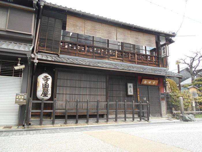 濠川沿いの旅籠屋、寺田屋は、1862年に坂本龍馬が伏見奉行所の役人に襲撃されたことで有名な「寺田屋事件」の舞台となった場所です。