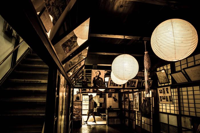 1597年に創業された寺田屋内部に一歩足を踏み入れると、まるで幕末にタイムスリップしたかのような錯覚を感じます。梁の見える天井、龍馬の妻・お龍が駆け上った階段、部屋を仕切る襖……。ここは、まるで坂本龍馬が逗留していた幕末から時間が止まっているかのようです。