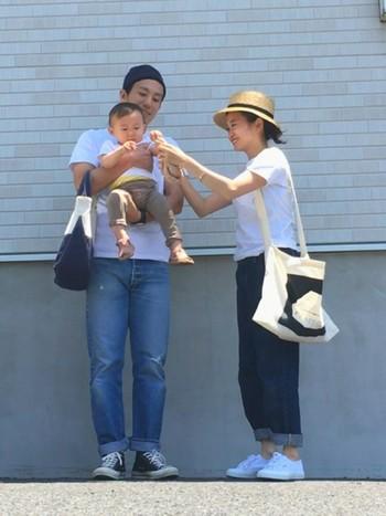 家族みんなで白Tシャツリンクコーデ。さわやかでとっても夏らしいですね。あえてボトムスは合わせないのが、おしゃれに見せるポイントです。