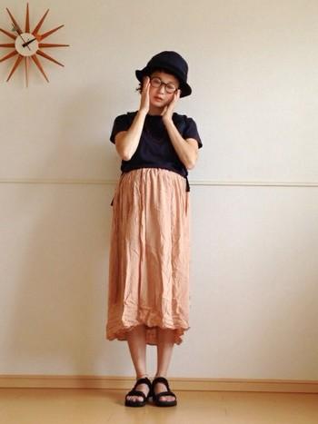 ロングスカートをウエストより上の部分で穿けば、お腹を締め付けずにスカートスタイルが楽しめます。甘い雰囲気になりがちなロングスカートを、アウトドアミックスで引き締めて。妊娠中はゆったりとしたお洋服を着ることが多いので、小物や色使いで引き締めるとおしゃれに決まります。ネイビーと薄いピンクの色合わせがとってもおしゃれですね。