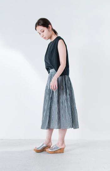 こちらはスカートにギンガムチェックの生地を使用しています。涼やかな印象を与えてくれるのでトップスにブラックをもってきても重たくなりませんね。