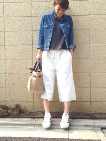 デニム×白の爽やかなスタイル。 半端丈のガウチョパンツにあわせた丸っこいスーパースターが女の子らしさを演出してくれます。