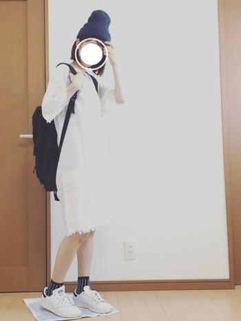 膝丈の真っ白なワンピースにスタンスミスを合わせたカジュアルスタイル。 小物を黒で統一した、モノトーンスタイルはシンプルですぐに真似したいお洒落なコーディネートですね。