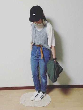 デニムにシャツ、今年流行の重ね着スタイルにはオールスターのスニーカーを。キュートさが際立つメンズライクなスタイル。