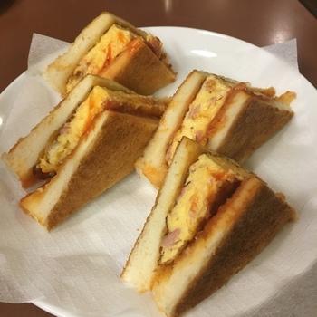 フードの一番人気、アラビヤサンド。ハム入りの固めに焼いたオムレツが、素朴な味わいを出しているそう。カリカリのパンもコーヒーに合いそうですね。