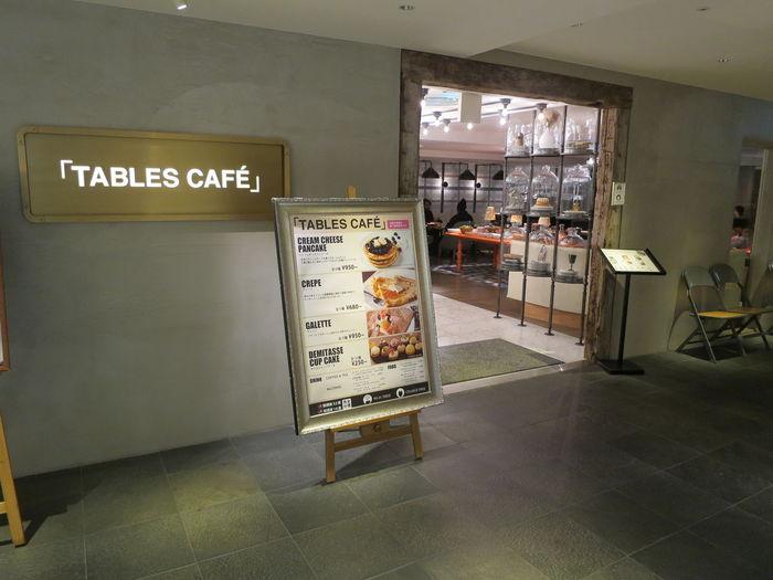 御堂筋に面したクロスホテルの1階にある「TABLES CAFE(タブレスカフェ)」は、雑誌やグルメランキングに載るほどの人気のパンケーキショップ。休日は特に、長蛇の列になるほどなのだそう。アッパークラスのビジネスホテルの1階とあって、外観も内装も洗練された上品さが漂います。