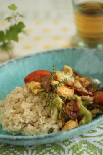 黒酢の酸味が食欲をそそります。ワンプレートでお野菜たっぷり。大満足の一皿です。
