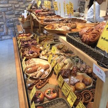 店内には優しく甘いパンの香りが広がります。 本格的で個性たっぷりのおいしいパンがずらりと並びます。 対面販売で、店員さんに聞けばその日のおすすめを教えてくれますよ。 香ばしい小麦のおいしさが味わえるパン、ナッツやフルーツがぎっしり詰まった見た目もおいしいパン、ハードパンを使ったサンドウィッチ、芳しいカヌレなどの焼き菓子まで種類豊富に揃っています。 いつもたくさんの人で賑わっていて、人気のパンはすぐに売り切れてしまうことも。
