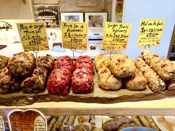 具だくさんで素材の味わいがぎゅっと詰まったパン、楽しいアイデアのお洒落なパン、フルーツの香りがふわーっと広がるパンなどなど、こちらのお店でしか味わえないだろうパンがたくさんあり、パン好きにはたまらない人気のお店です。