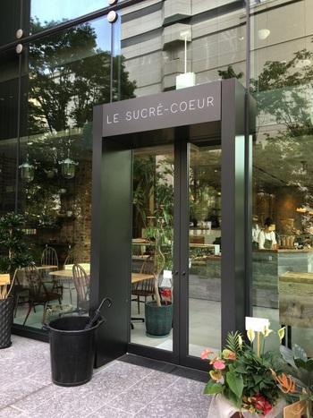 スタイリッシュな店構えの「ル シュクレ クール」。遠くから通う人もいる人気のパン屋さんです。 大きなショーケースにたくさんのパンがずらりと並び、ワクワク感が高まります。