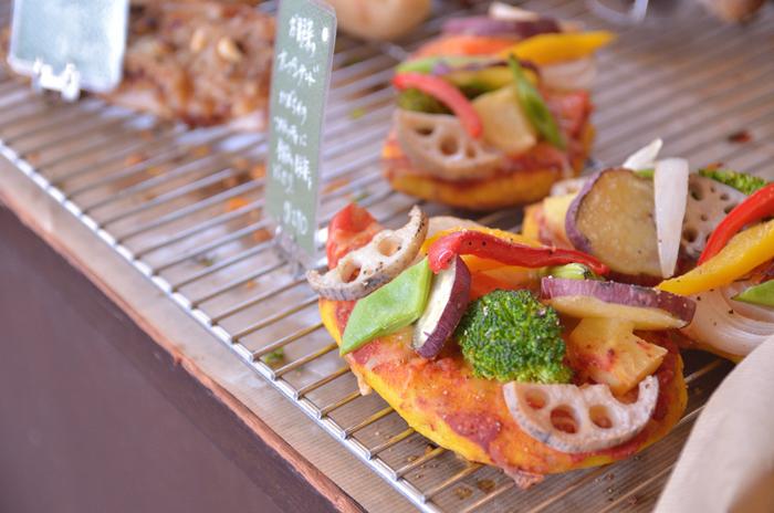 採れたての新鮮な野菜や果物を使ったパンは、季節を丸ごと味わえるようなおいしさです。ほっこり優しくしあわせなひとときを運んでくれるパン屋さんです。