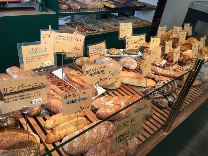 丁寧に作られていることが実感できるおいしさ。 お昼時には、焼きたてのパンがずらりと並び、香ばしいパンの香りが広がっています。 果物やナッツがごろごろたっぷり入った食べごたえあるパンや、オリーブとゴマの風味が広がるパン、コーヒー風味にナッツがアクセントのパンなどなど、パン生地のおいしさと素材のおいしさが存分に味わえるパン屋さんです。