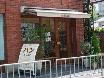 レンガ造りのレトロな外観。地元大阪の人に愛されているパン屋さん「プレザン」。 国産小麦、天然酵母、有機栽培の食材など、厳選された素材だけで作られたパンが並びます。人気のふんわり食パン、自家製酵母の直焼きパン、種類豊富で目移りしてしまうスコーン、もっちもちのベーグルなど、小さなお子様にもうれしいパンが揃っています。