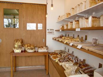 ナチュラルで優しい雰囲気の心地良い店内。 おやつの時間にぴったりの人気のクリームパン、一日の始まりの朝食にうれしい食パンやバゲットなど、シンプルながら小さなしあわせを運んでくれるようなパンが揃っています。
