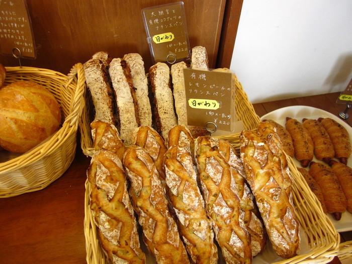 バゲットやハード系のパンも人気です。そして、スコーンはとっても人気の一品。プレーン、抹茶、小倉、チョコチップなど、いろいろな種類のスコーンが楽しめますよ。