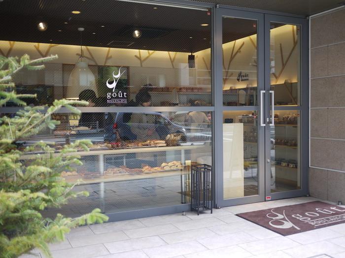 オシャレで洗練された雰囲気のパン屋さん「ブーランジュリーグウ」。 天然酵母を使って作られた、もっちりした生地と香り豊かな味わいの種類豊富なパンが並び、毎日たくさんの人でにぎわっています。その種類はなんと1日150種類以上!毎日通っても新しいパンに出会えるパン屋さんです。